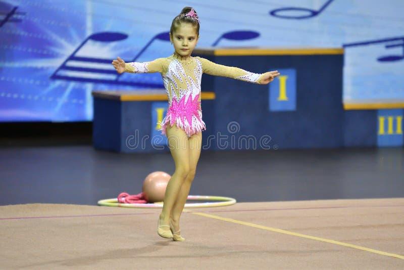 Orenburg, Rusland - November 25, het jaar van 2017: de meisjes concurreren in ritmische gymnastiek royalty-vrije stock foto