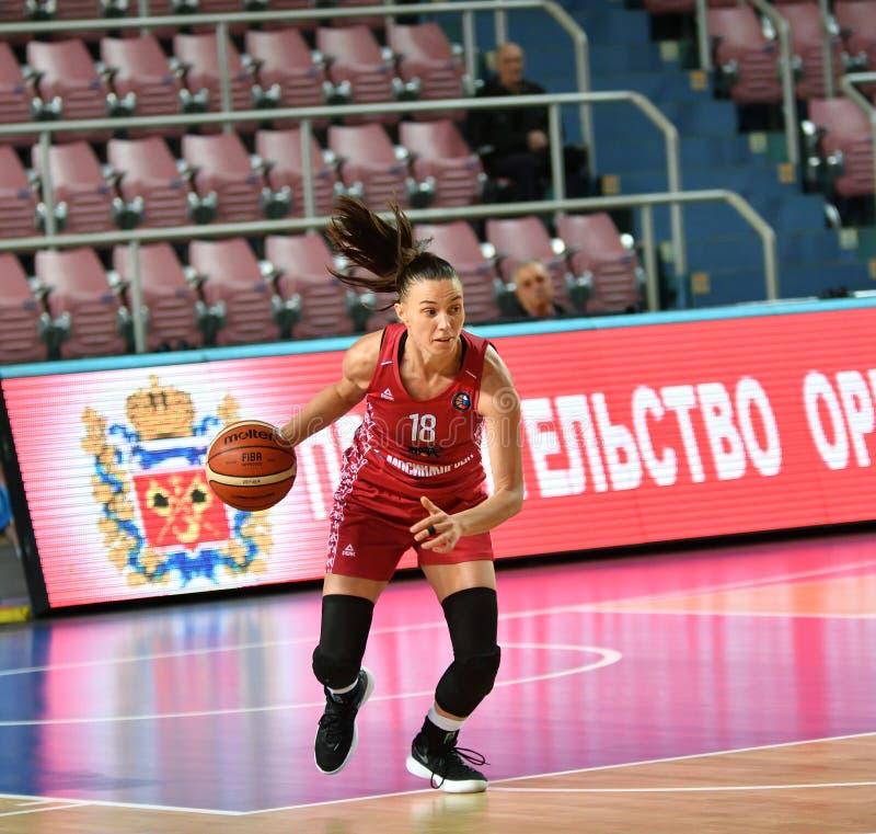 Orenburg, Russia - 6 ottobre 2019: Le ragazze giocano a basket immagini stock