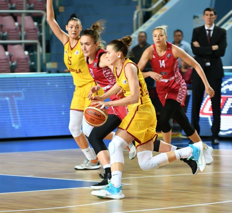Orenburg, Russia - 6 ottobre 2019: Le ragazze giocano a basket fotografie stock libere da diritti
