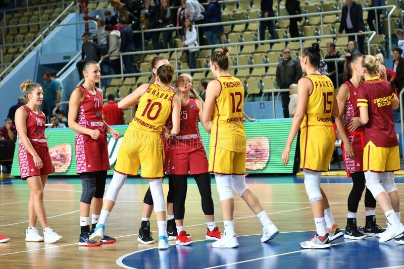 Orenburg, Russia - 6 ottobre 2019: Le ragazze giocano a basket immagine stock libera da diritti