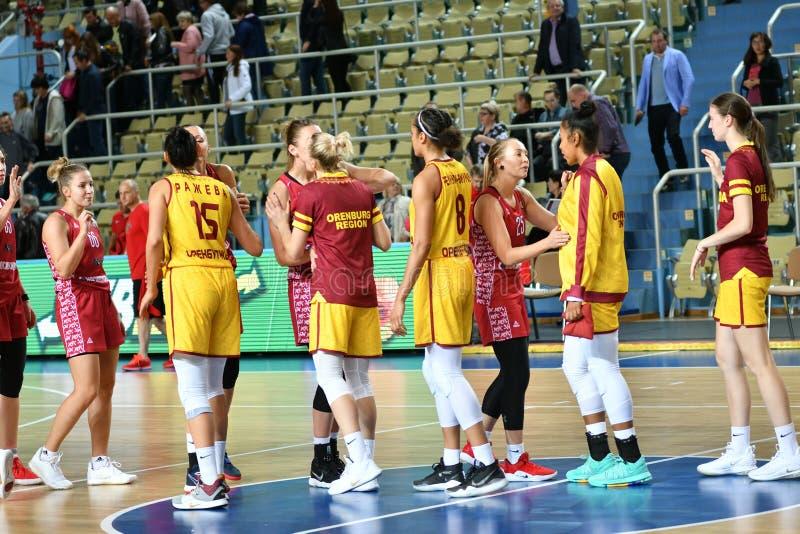 Orenburg, Russia - 6 ottobre 2019: Le ragazze giocano a basket immagine stock