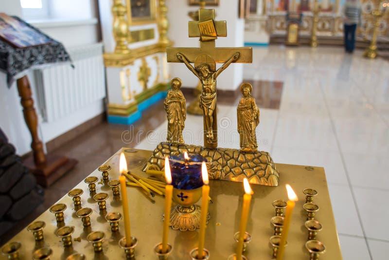 Orenburg, russisches Federation-2 Aprel 2019 die Kerze und das Kreuz in der orthodoxen Kirche stockbilder