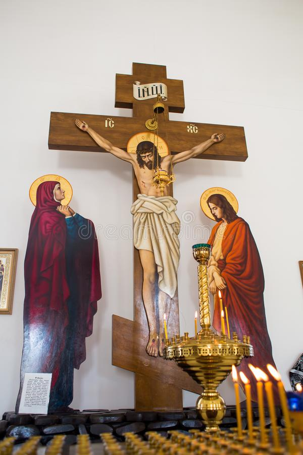 Orenburg, russisches Federation-2 Aprel 2019 die Zusammensetzung der Kreuzigung des Gekreuzigten unter Kerzen lizenzfreie stockbilder