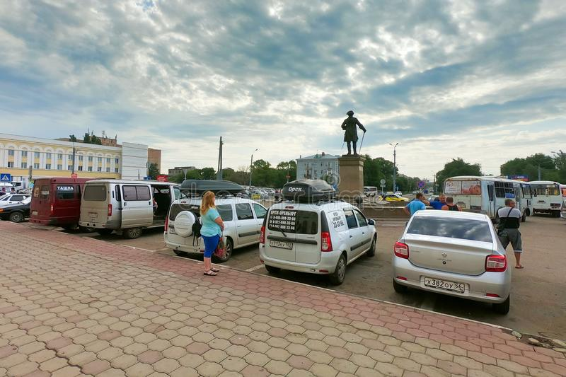 Orenburg, Russland, 07 20 2019: Autos an der Station der Stadt redaktionell lizenzfreies stockbild