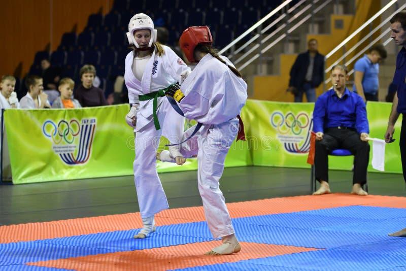 Orenburg Ryssland - år för mars 5, 2017: Flickor konkurrerar i karate arkivfoto