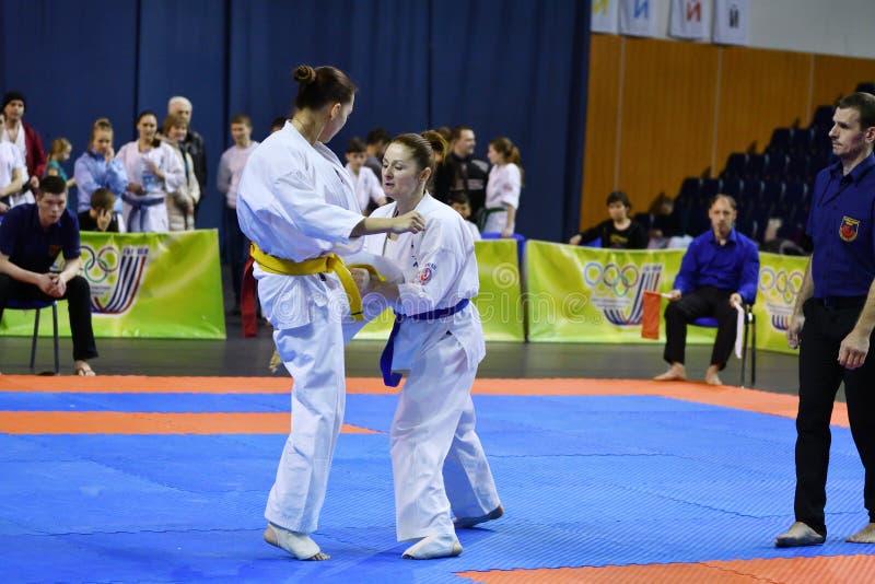 Orenburg Ryssland - år för mars 5, 2017: Flickor konkurrerar i karate fotografering för bildbyråer