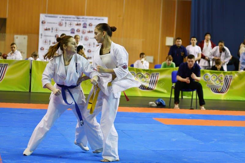 Orenburg Ryssland - år för mars 5, 2017: Flickor konkurrerar i karate royaltyfri fotografi