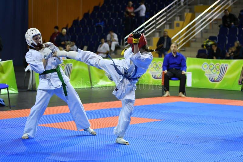Orenburg Ryssland - år för mars 5, 2017: Flickor konkurrerar i karate arkivbild