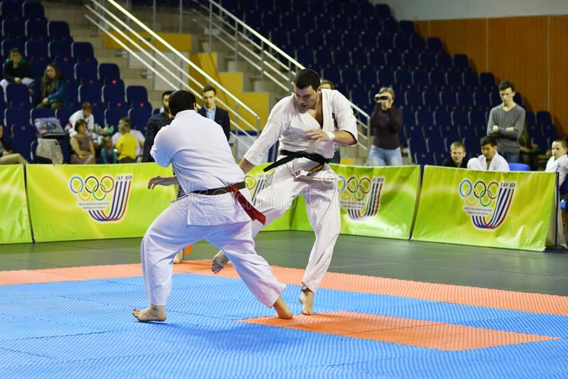 Orenburg Ryssland - år för mars 5, 2017: Pojkar konkurrerar i karate royaltyfri bild