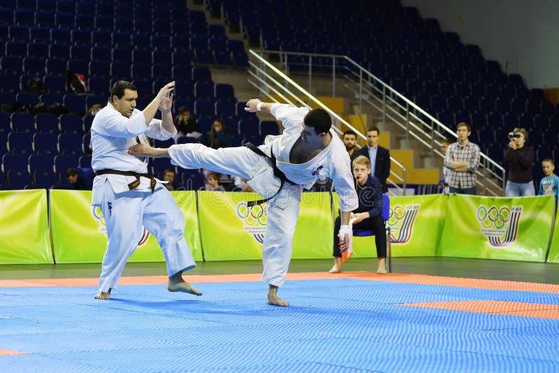 Orenburg Ryssland - år för mars 5, 2017: Pojkar konkurrerar i karate royaltyfri foto