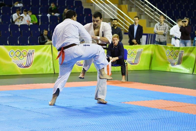 Orenburg Ryssland - år för mars 5, 2017: Pojkar konkurrerar i karate arkivfoto