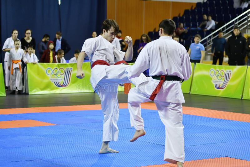 Orenburg Ryssland - år för mars 5, 2017: Pojkar konkurrerar i karate arkivbild