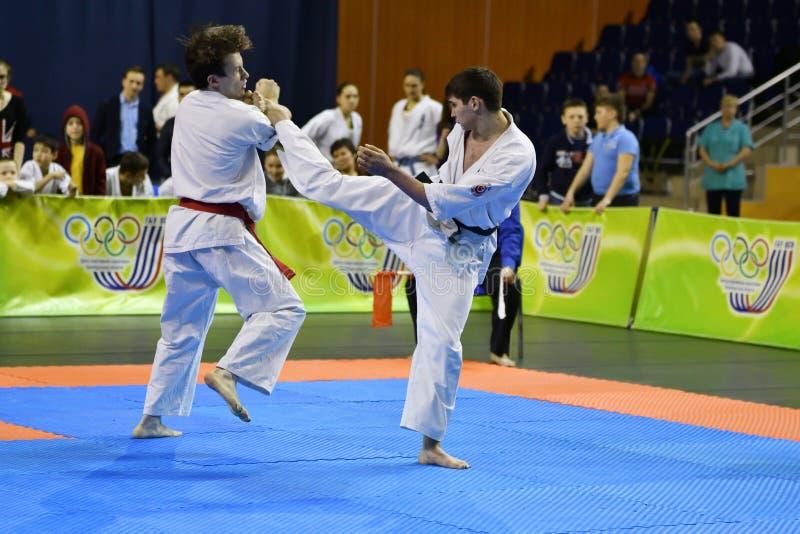 Orenburg Ryssland - år för mars 5, 2017: Pojkar konkurrerar i karate fotografering för bildbyråer
