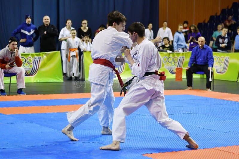 Orenburg Ryssland - år för mars 5, 2017: Pojkar konkurrerar i karate arkivfoton