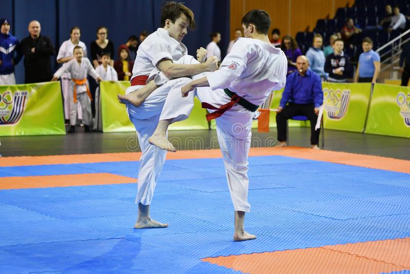 Orenburg Ryssland - år för mars 5, 2017: Pojkar konkurrerar i karate royaltyfri fotografi