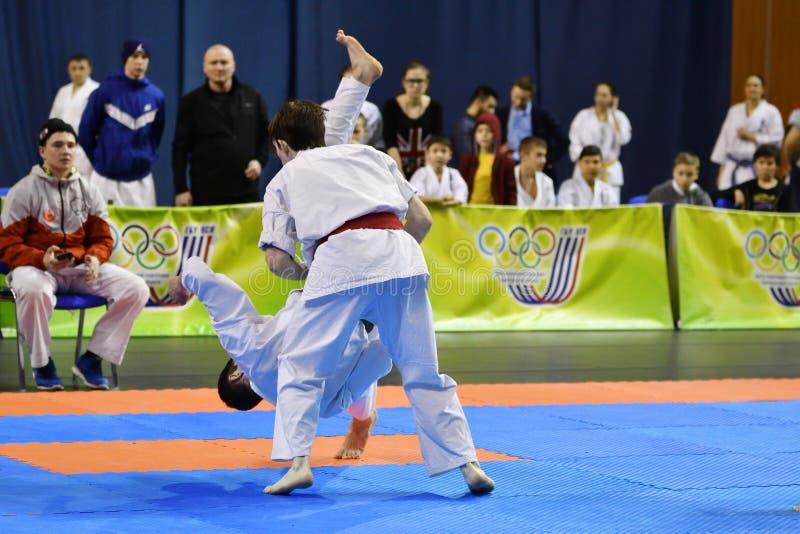 Orenburg Ryssland - år för mars 5, 2017: Pojkar konkurrerar i karate arkivbilder