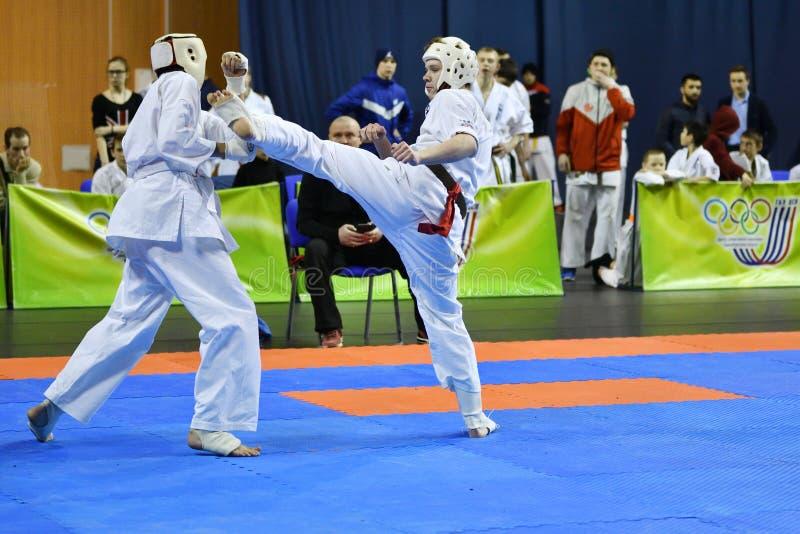 Orenburg Ryssland - år för mars 5, 2017: Pojkar konkurrerar i karate royaltyfria bilder