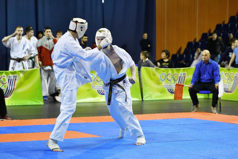 Orenburg Ryssland - år för mars 5, 2017: Pojkar konkurrerar i karate royaltyfria foton
