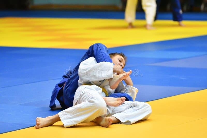 Download Orenburg Ryssland - 21 Oktober 2017: Pojkar Konkurrerar I Judon Redaktionell Fotografering för Bildbyråer - Bild av spelrum, kimono: 106827339