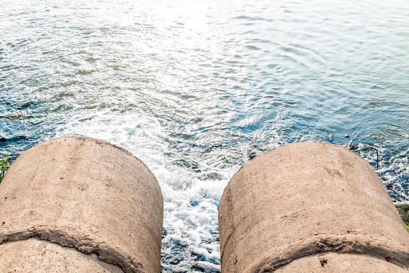 Orent vatten från avkloppet royaltyfri foto