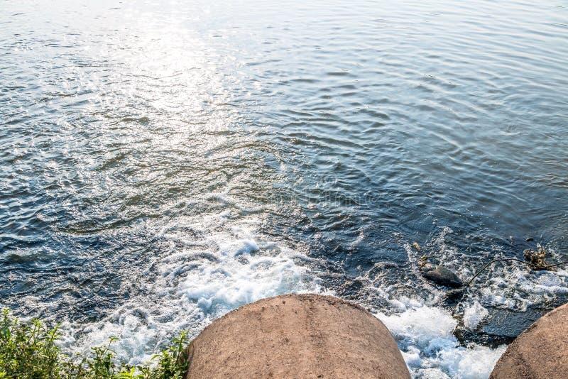 Orent vatten från avkloppet arkivfoto