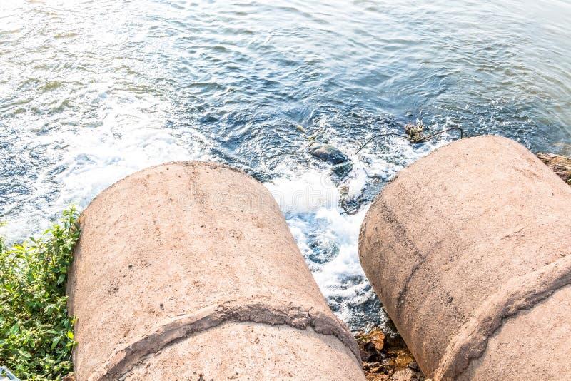 Orent vatten från avkloppet arkivfoton