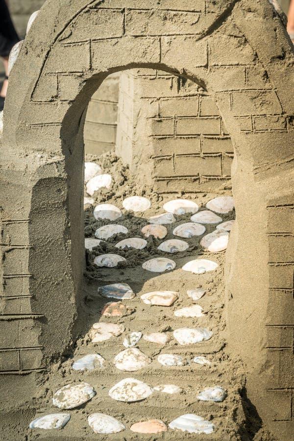 OREWA NZ - MARS 23: Sandskulptur av en slott på den Orewa sandslottkonkurrensen Mars 23 2019 royaltyfri bild