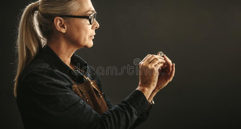 Orfèvre examinant l'anneau photo stock