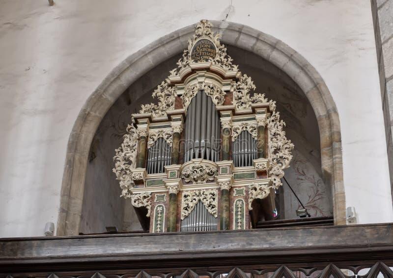 Organ av kören av det litterära brödraskapet, kyrka av helgonet Vitus, Cesky Krumlov, Tjeckien arkivbilder