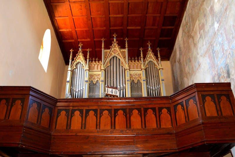 Organe à l'intérieur de l'église médiévale enrichie dans Malancrav, la Transylvanie photographie stock
