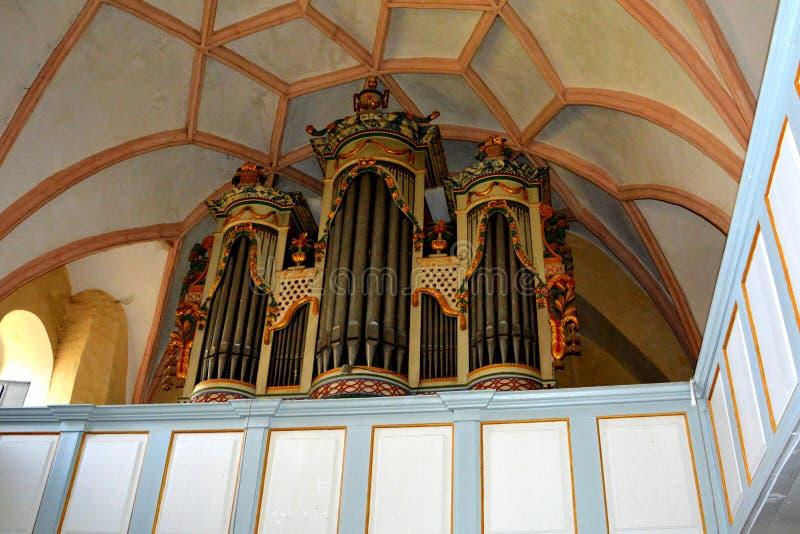 Organe à l'intérieur de l'église médiévale enrichie en vallée de vignoble, la Transylvanie photos stock