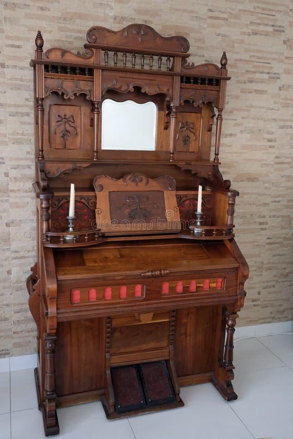 Organe d'église actionné par pédale antique photographie stock