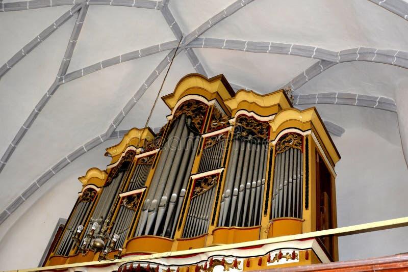 Organe dans l'église enrichie médiévale Saschiz Keisd, la Transylvanie photos stock
