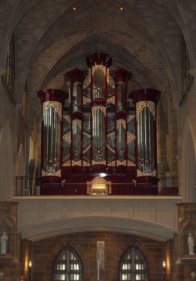 Organe de tuyau dans l'église catholique photographie stock
