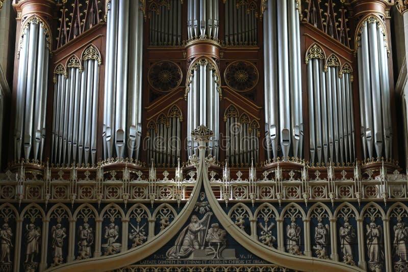 Organe de tuyau de vintage dans St Nicholas Fribourg, Suisse de cathédrale images libres de droits