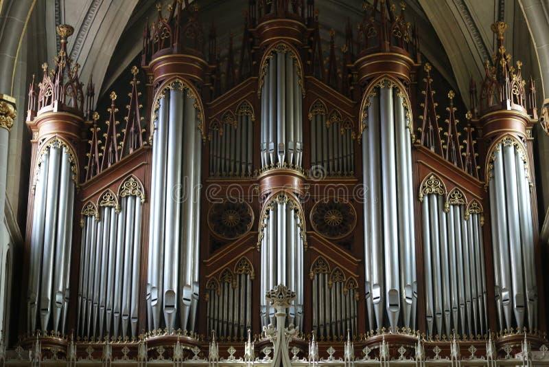 Organe de tuyau de vintage dans St Nicholas Fribourg, Suisse de cathédrale image libre de droits
