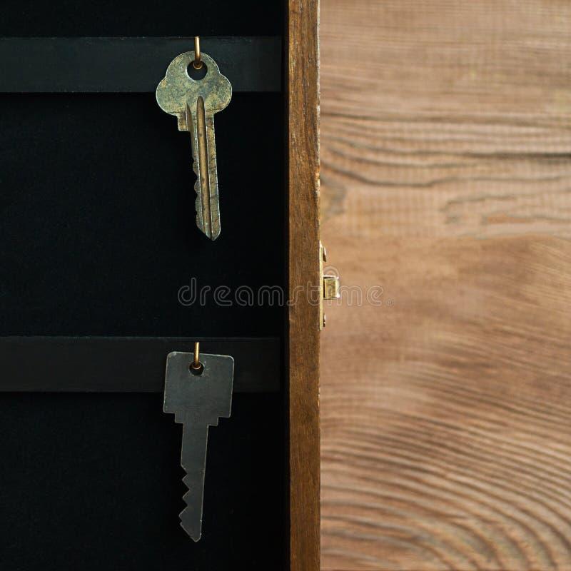 Organice su concepto de la vida, del seguro y de la seguridad: el vintage abrió el gabinete dominante de madera de la caja del te fotos de archivo libres de regalías