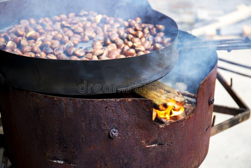Organicznie Brown kasztany Piec nad gorącym ogieniem zdjęcia stock