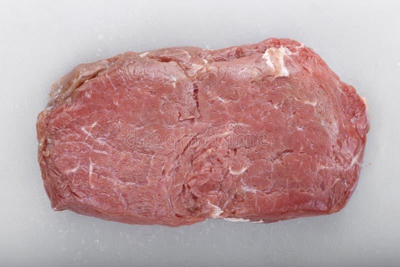 Organicznie Czerwona Surowa stek pol?dwica przeciw t?u fotografia royalty free