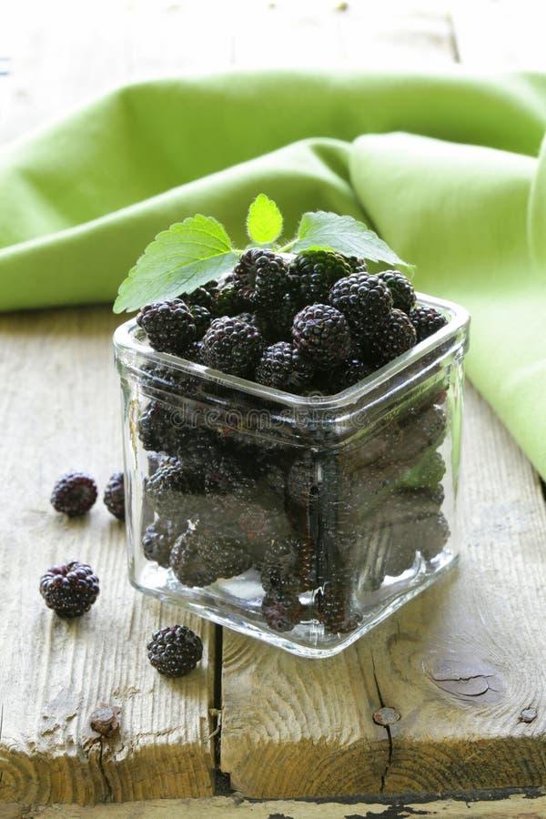 Organicznie dojrzała czarna jagodowa malinka (czernica) zdjęcia stock