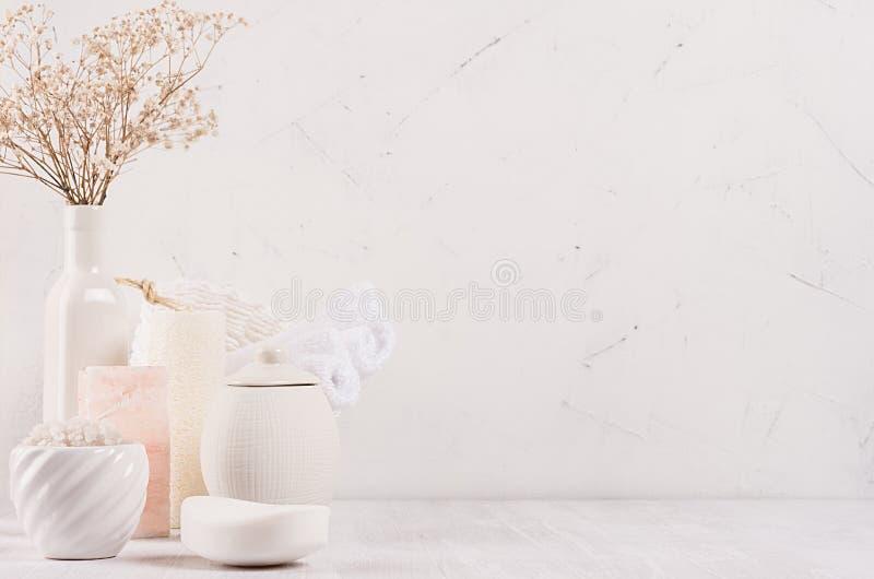 Organicznie domowej roboty biali kosmetyków produkty w różnych ceramics pucharach, menchii soli i małych wysuszonych kwiatach na  zdjęcia stock