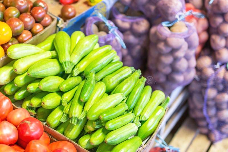 Organicznie i życiorys świezi warzywa przy farmer& x27; s rynek obraz stock