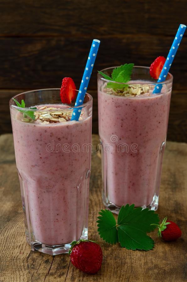 Organicznie jagodowy smoothie z oatmeal na ciemnym tle zdjęcia royalty free