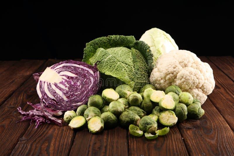 Organicznie kapust głowy Przeciwutleniacz balansował diety łasowanie z czerwoną kapustą, białą kapustą i savoy, Kalafior zdjęcie stock