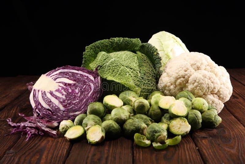 Organicznie kapust głowy Przeciwutleniacz balansował diety łasowanie z czerwoną kapustą, białą kapustą i savoy, Kalafior obrazy stock