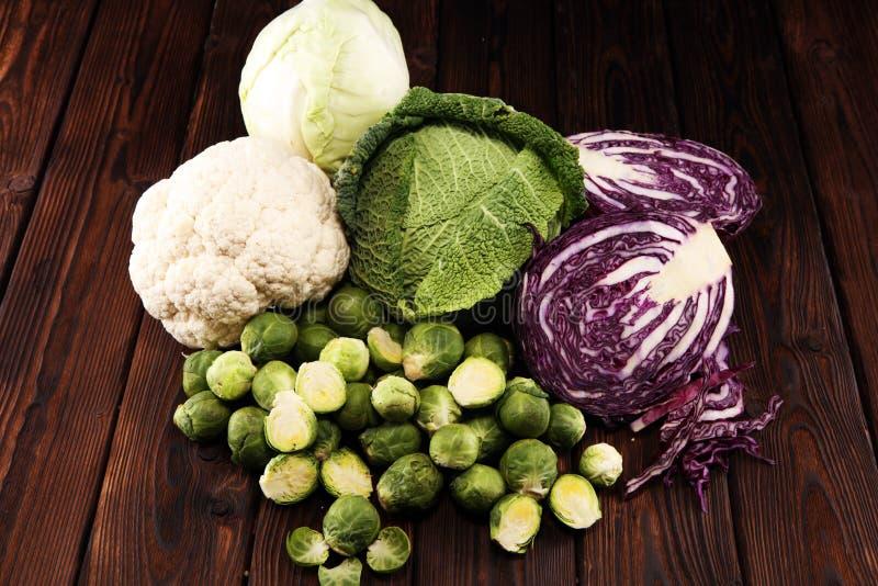 Organicznie kapust głowy Przeciwutleniacz balansował diety łasowanie z czerwoną kapustą, białą kapustą i savoy, Kalafior zdjęcia stock