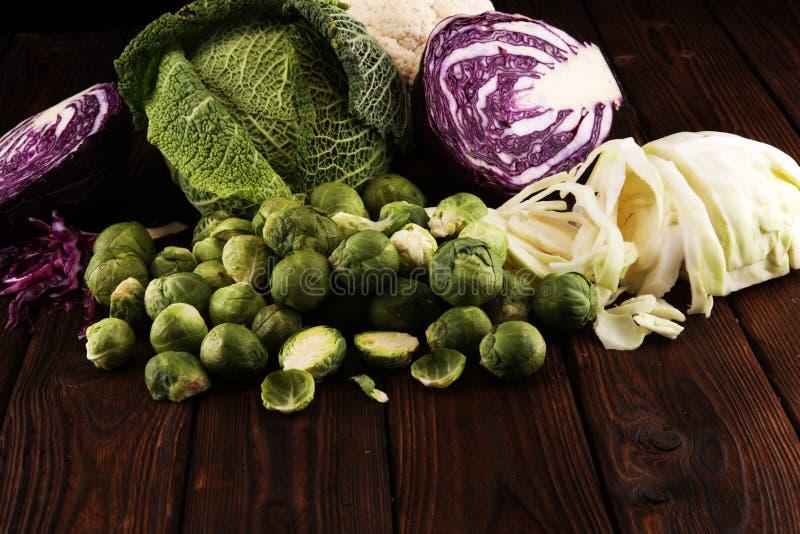 Organicznie kapust głowy Przeciwutleniacz balansował diety łasowanie z czerwoną kapustą, białą kapustą i savoy, Kalafior obraz royalty free