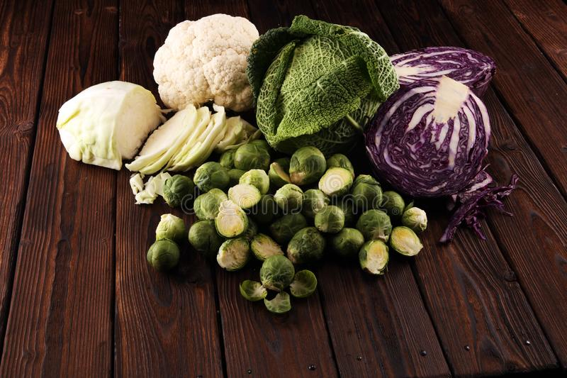 Organicznie kapust głowy Przeciwutleniacz balansował diety łasowanie z czerwoną kapustą, białą kapustą i savoy, Kalafior zdjęcie royalty free