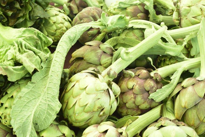Organicznie karczochy w sezonie przy lokalnym rolnika rynkiem, żadny pestycydy fotografia royalty free