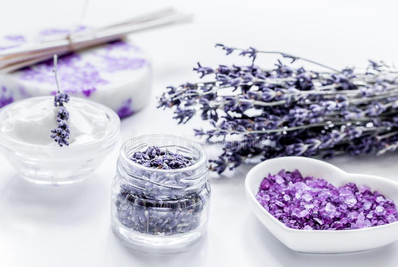 Organicznie kosmetyk z lawenda kwiatami i kąpielową solą na białych półdupkach zdjęcie stock